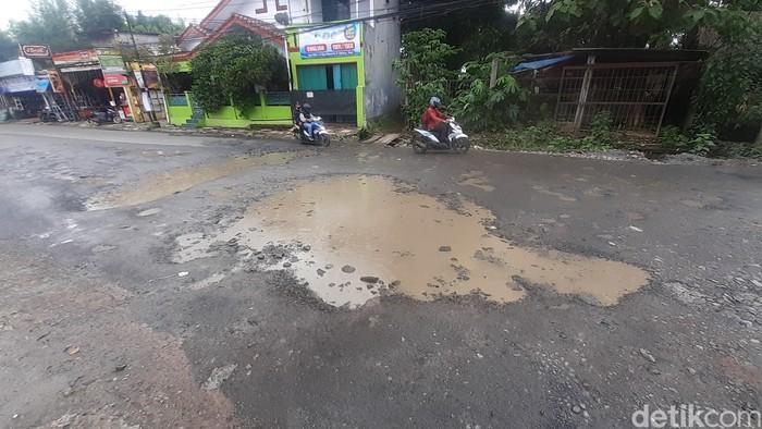 Jl Raya Cikaret di Cibinong rusak lagi setelah sempat ditambal, 25 Februari 2021. (Afzal Nur Iman/detikcom)