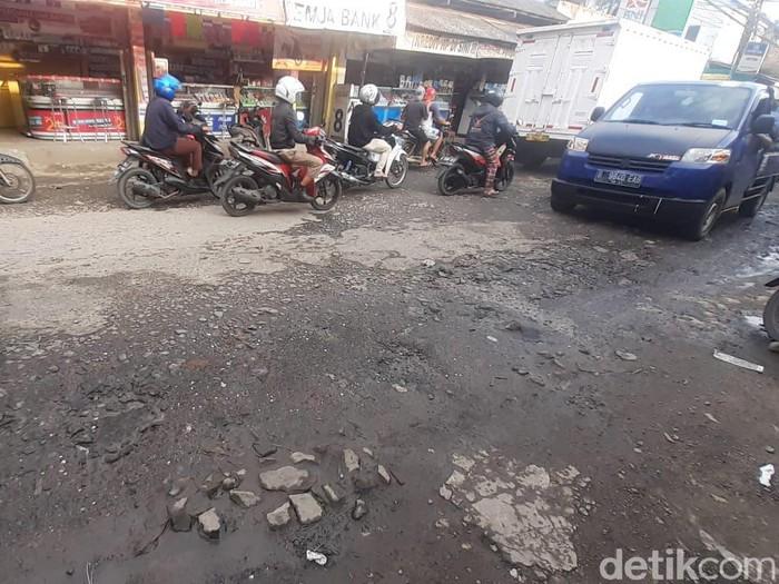 Jl Raya Pabuaran, Kabupaten Bogor, masih rusak, 25 Februari 2021. (Afzal Nur Iman/detikcom)