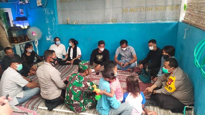 Kapolres Tangsel AKBP Iman Imanuddin melayat ke rumah duka Praka MK, korban penembakan di RM Cafe, Cengkareng, Kamis (25/2/2021). Foto dikirim Kasat Reskrim Polres Tangsel AKP Angga Surya Saputra.