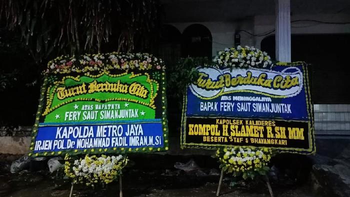 Karangan bunga dari Kapolda Metro Jaya Irjen Fadil Imran terpajang di rumah duka Fery, korban penembakan Bripka CS, Kamis (25/2/2021)