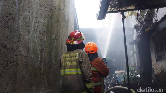 Insiden kebakaran tersebut terjadi di Jalan Melania, Kelurahan Cihaurgeulis, Kecamatan Cibeunying Kaler, Kota Bandung pada Kamis (25/2/2021) siang, pukul 13.00 WIB. Total ada 9 rumah yang terbakar.