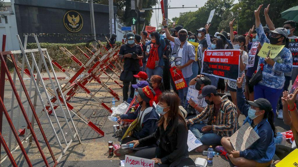 Massa Prodemokrasi Demo Kedubes Indonesia di Myanmar
