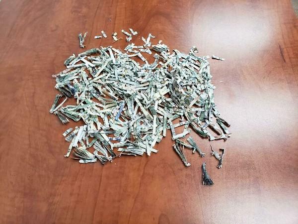 Niat hati mau hancurkan berkas, ternyata amplopnya isi segepok uang.