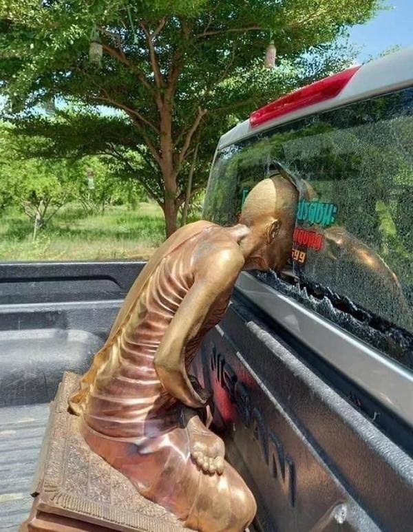 Patung yang nyungsep hingga kaca belakang mobil pecah. Mau marah, tapi ke siapa?