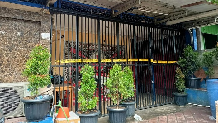 Lokasi penembakan di Cengkareng, Jakbar yang menewaskan 3 orang telah dipasangi garis polisi., Kamis (25/2/2021).