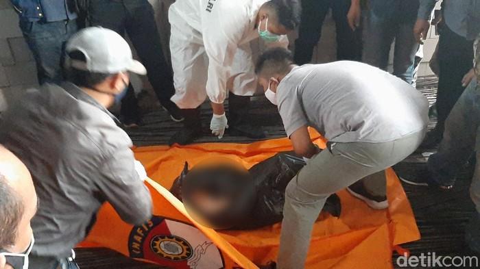 Mayat wanita dalam plastik hitam ditemukan di Jalan Raya Cilebut, Kota Bogor, Kamis (25/2/2021). Wanita berkulit putih dan bertubuh mungil itu masih berusia sekitar 17-an tahun.