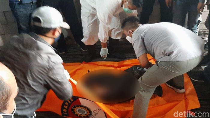 Bungkusan plastik berisi mayat wanita ditemukan di pinggir Jalan Raya Cilebut, Bogor. Mayat ini pertama kali ditemukan oleh pegawai toko bangunan bernama Dedi.