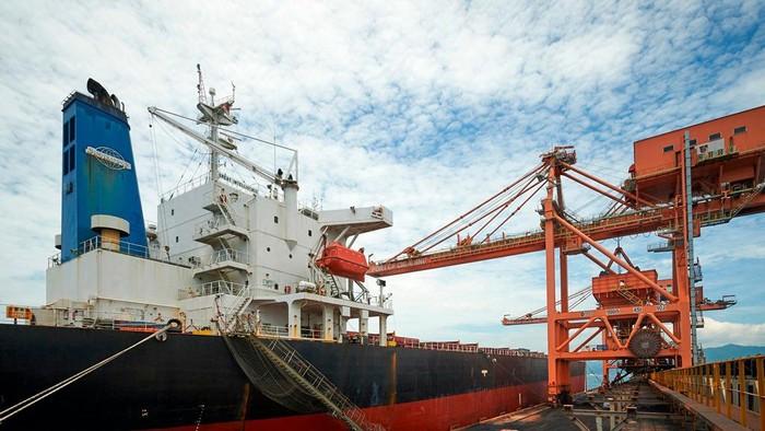 Pelabuhan Cigading yang dikelola oleh PT Krakatau Bandar Samudera merupakan pelabuhan curah kering terbesar dan terdalam di Indonesia.