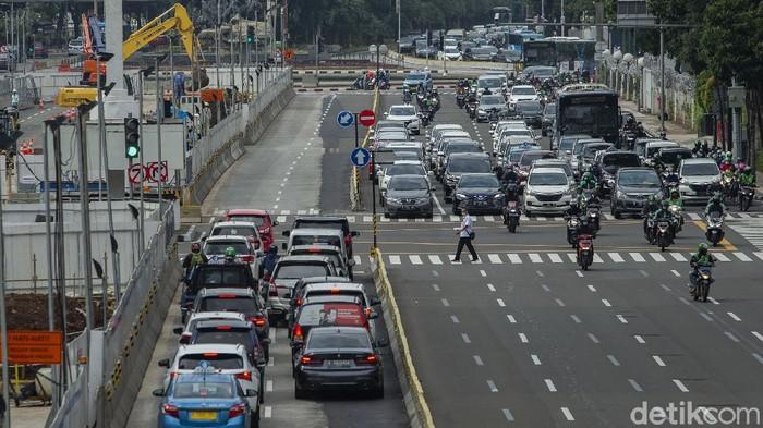 PT MRT Jakarta melakukan manajemen rekayasa lalu lintas di sekitar kawasan Thamrin, Jakarta Pusat, Kamis (25/2/2021).