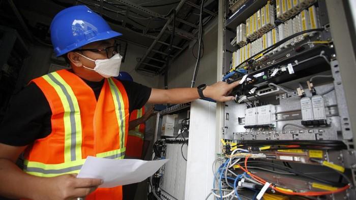 Teknisi memeriksa kondisi infrastruktur BTS jaringan XL Axiata yang terdampak banjir di Jakarta, Kamis (25/2/2021). XL Axiata memastikan semua jaringan yang terdampak bencana alam telah pulih dan beroperasi 100 persen dengan normal, termasuk di Jabodetabek akibat banjir di awal pekan ini
