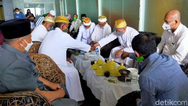 Sesampainya di Ternate, rombongan Citilink disambut dengan adat kesultanan Ternate. Masyarakat antusias menyambut penerbangan perdana dari Jakarta.