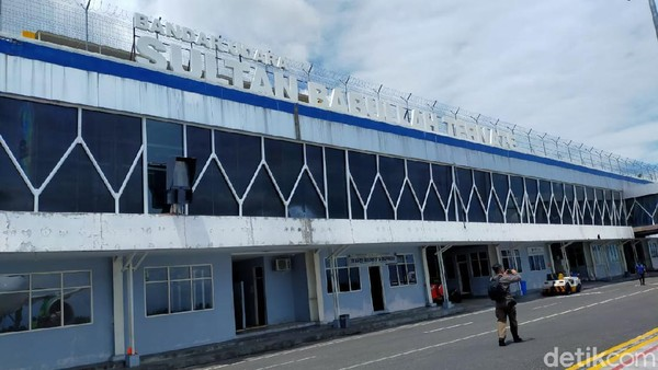 Pesawat tiba di Bandara Sultan Babullah, Ternate pada pukul 11.00 WIT. Jakarta dan Ternate memiliki perbedaan waktu dua jam.