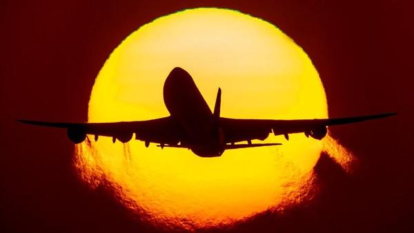 Ia juga mengabadikan pesawat saat lepas landas dengan latar belakang matahari terbenam.