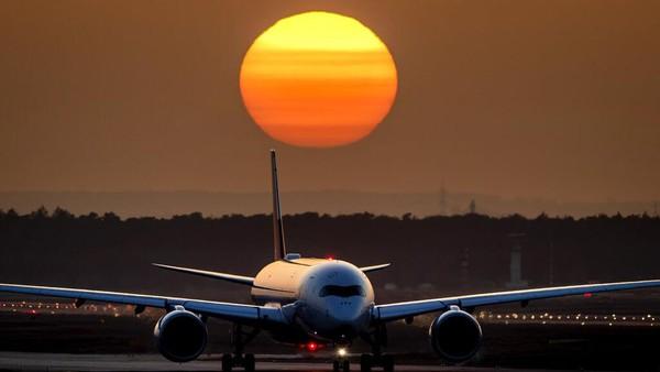 Senja di sebuah bandara di Frankfurt menampilkan pemandangan matahari yang sangat indah.