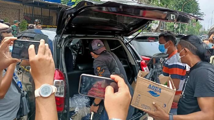 Polisi sita 2 dus dari RM Cafe, lokasi penembakan di Cengkareng, Jakbar usai olah TKP, Kamis (25/2/2021).