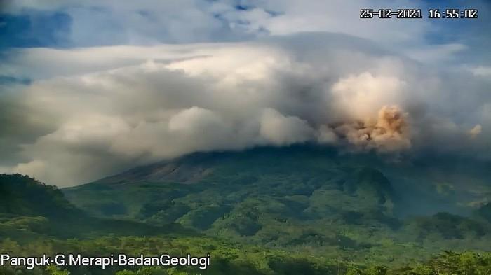 Potret erupsi Gunung Merapi, Kamis (25/2/2021) sore ini. Gunung Merapi meluncurkan awan panas sejauh 1,5 km.