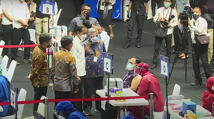 Presiden Joko Widodo (Jokowi) meninjau vaksinasi wartawan