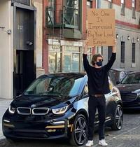 Pria asal New York Seth Phillips memberikan aksi protes membawa papan dengan tulisan kocak. Berikut ini contohnya.