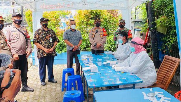 Rapid Test di 'Kuliner Tangguh' di Menteng, Jakpus untuk mencegah penyebaran COVID-19. Foto dari Kapolsek Menteng AKBP Iver Son Manossoh.