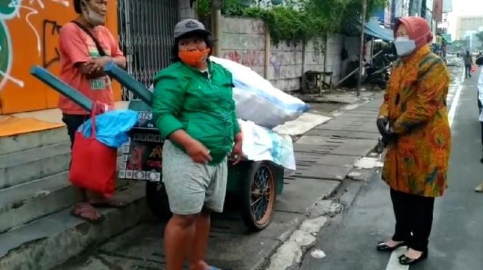Risma blusukan di sekitar Roxy Jakarta Pusat, temui pemulung.