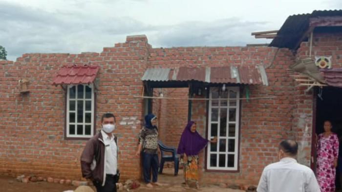 Salah satu rumah terkena dampak puting beliung di Sumsel