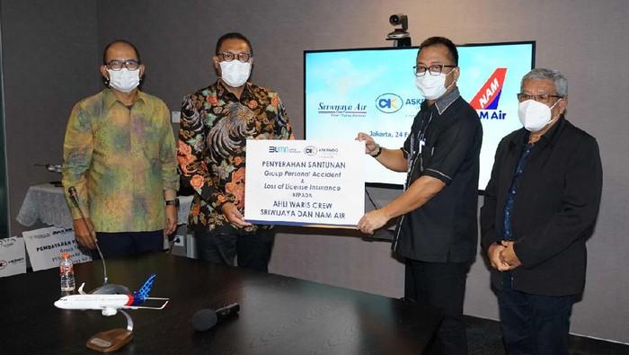 PT Askrindo memberikan santunan kematian Group Personal Accident and Loss of License Pesawat SJ-182 kepada ahli waris dengan total santunan sebesar Rp 10,6 miliyar.