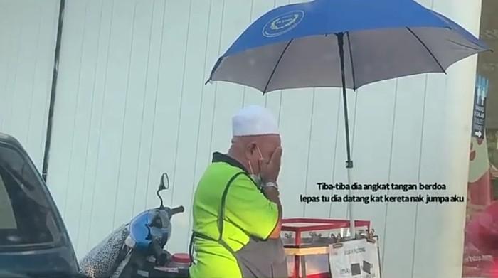 Sepi Pembeli, Kakek Ini Menangis Haru Saat Buahnya Diborong Orang