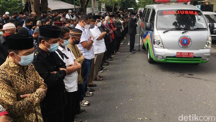 Pimpinan Majlis Tafsir Al-Qur'an (MTA) Ahmad Sukina meninggal dunia. Jenazah Sukina dimakamkan di Pemakaman Muslim Kaliboto, Mojogedang, Karanganyar, Jateng.