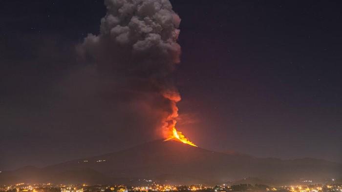 Gunung Etna, Italia, kembali menyemburkan lahar, abu dan batuan vulkanik hari ini, Kamis (25/2) waktu setenpat.