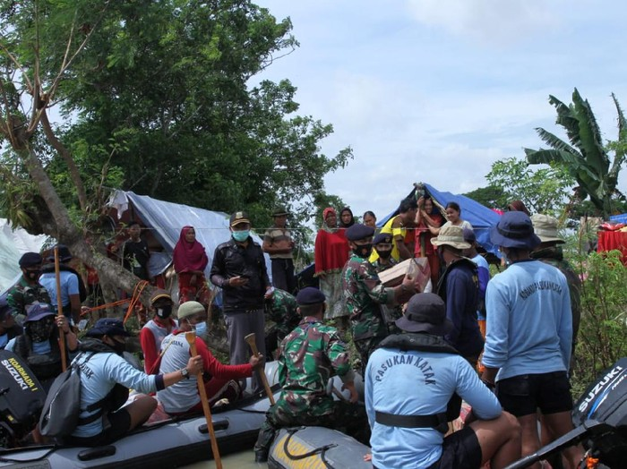 TNI AL salurkan bantuan dan evakuasi warga desa yang masih terendam banjir akibat jebolnya tanggul Sungai Citarum
