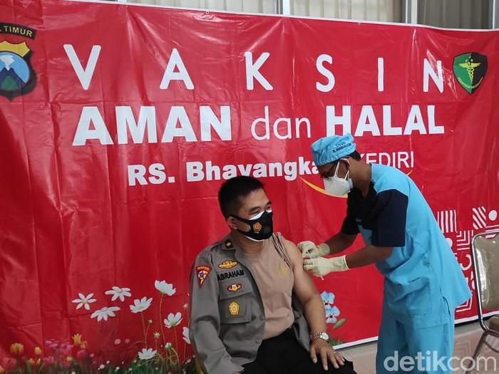 Sebanyak 1.117 polisi Kota Kediri akan menjalani vaksinasi COVID-19. vaksinasi akan digelar selama 3 hari di RS Bhayangkara Kota Kediri mulai hari ini.