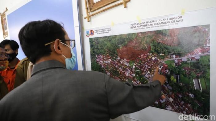 Wakil Bupati Garut Helmi Budiman melihat gambaran longsor yang terjadi di Cilawu.