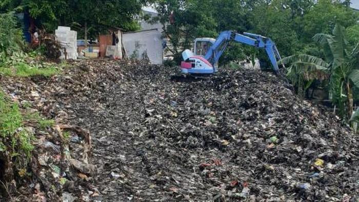 Sejumlah warga di kawasan Sukamaju, Depok, Jawa Barat, bergotong-royong membersihkan sampah yang telah menggunung setinggi 8 meter.