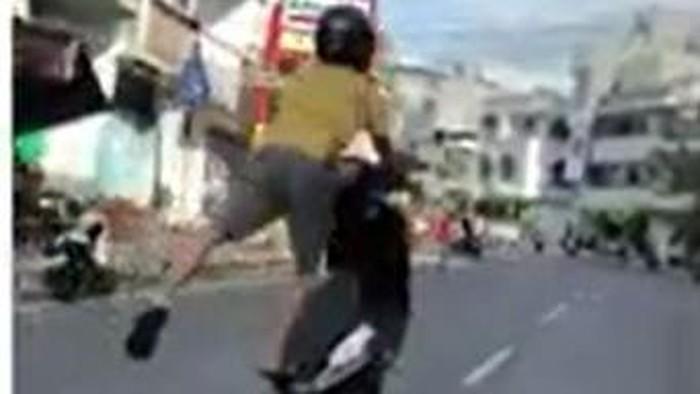 Seorang pria yang mengendarai motor melakukan aksi freestyle ugal-ugalan di jalan raya di Parepare, Sulawesi Selatan. Polisi pun mengamankan pemotor tersebut usai videonya viral di media sosial.