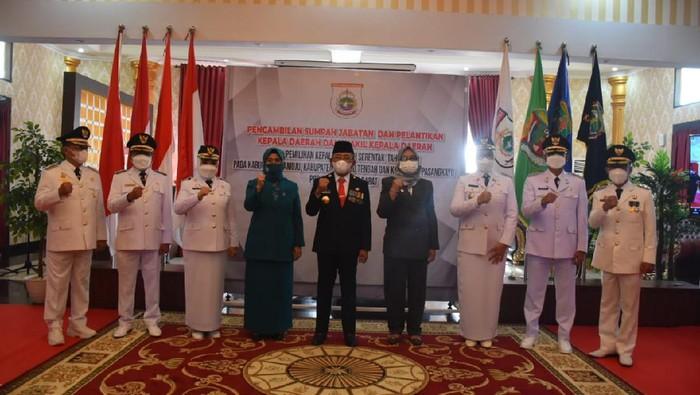 Gubernur Sulawesi Barat Ali Baal Masdar melantik tiga pasangan bupati dan wakil bupati hasil Pilkada Serentak 2020.