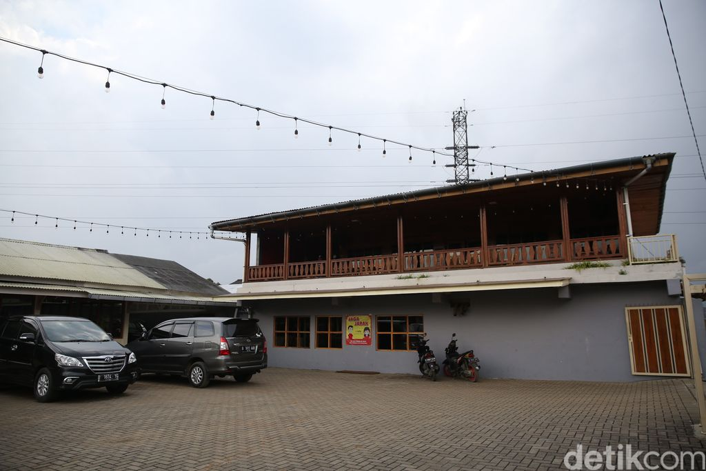 Salah satu tempat menarik untuk belajar tentang kopi adalah Kopi Malabar Indonesia di Desa Margamulya, Kabupaten Bandung. Pengunjung juga bisa menikmati agrowisata di sini.