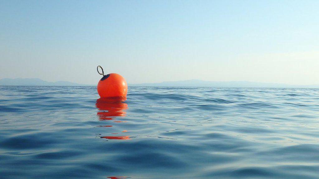 Berkat Sampah Bola Apung, Pria Ini Bertahan Hidup 14 jam di Laut