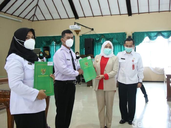 Bupati Bojonegoro Anna Muawanah menyerahkan Surat Keputusan (SK) Pengangkatan Pegawai Pemerintah Perjanjian Kerja (PPPK) formasi 2019 dan Penandatanganan perjanjian kerja di lingkungan Pemkab Bojonegoro di Ruang Angkling Dharma, Jumat (26/2/2021).