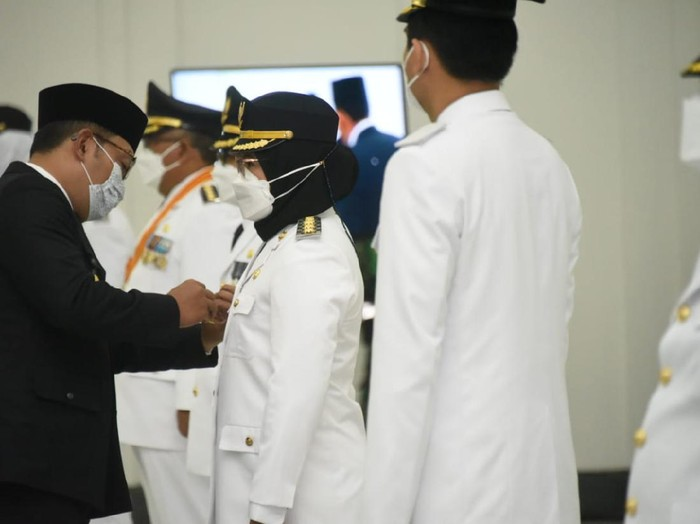 Cellica Nuracahdiana saat dilantik jadi Bupati Karawang oleh Gubernur Jabar Ridwan Kamil.