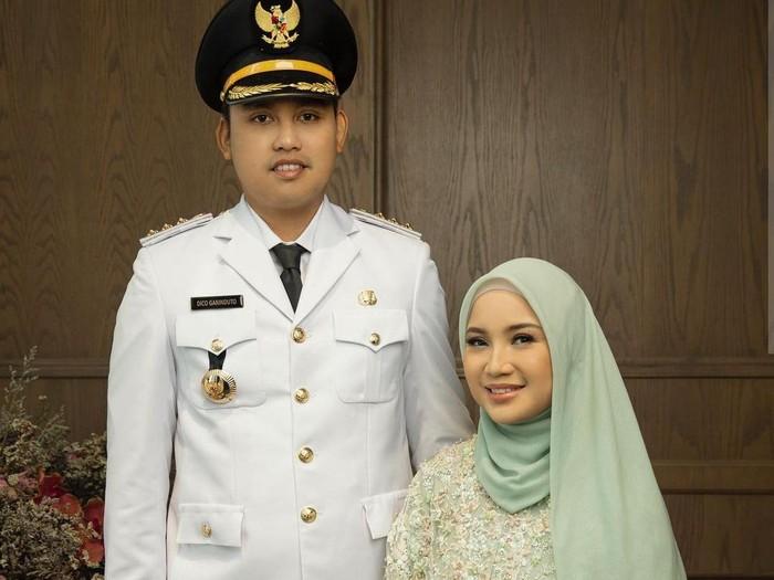 Gaya hijab Chaca Frederica saat menemani suaminya pelantikan