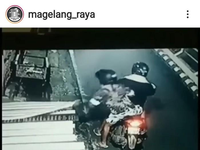 dok. tangkapan layar pencurian tempe di Kota Magelang terekam CCTV