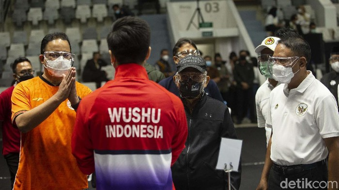 Kegiatan vaksinasi COVID-19 untuk atlet mulai berlangsung di Istora, Jakarta, Jumat (26/2/2021). Wapres Maruf Amin turut meninjau proses vaksinasi untuk atlet.