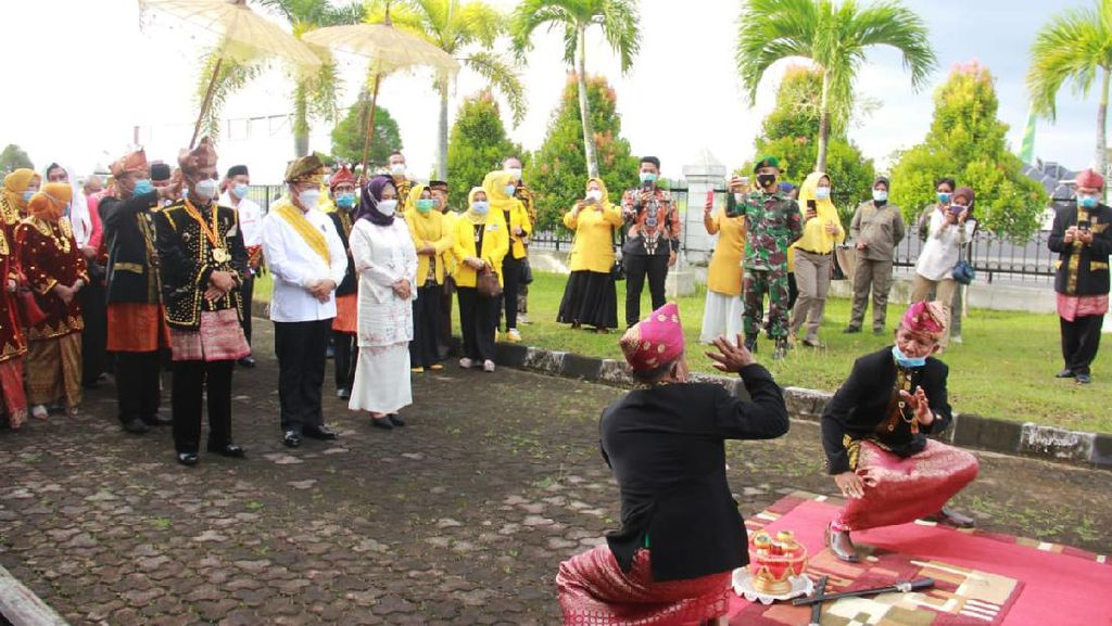 Disambut Secara Adat Bengkulu, Gubernur Rohidin Langsung Lantik 7 Bupati