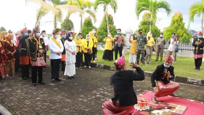 Gubernur Bengkulu Rohidin Mersyah disambut upacara adat begitu tiba usai dilantik di Jakarta (dok Pemprov Bengkulu)