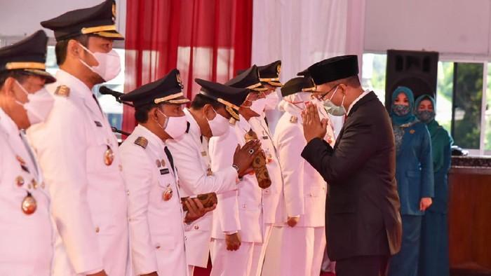 Gubernur Nusa Tenggara Barat (NTB) Zulkiflimansyah melantik 6 pasang bupati dan wakil bupati serta wali kota dan wakil wali kota terpilih periode 2021-2026 (dok Pemprov NTB)