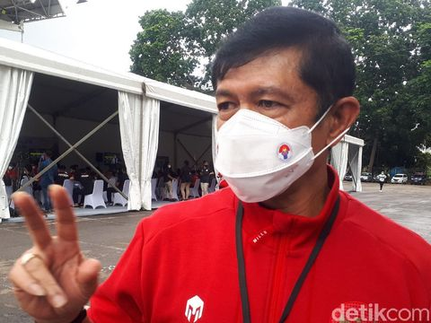 Direktur Teknik PSSI Indra Sjafri divaksinasi COVID-19 di Istora GBK, Senayan, Jumat (26/2).