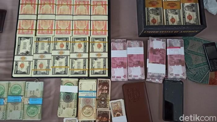 Polisi gagalkan peredaran uang palsu senilai Rp 2,8 triliun. 10 orang yang diduga jadi pengedar upal yang berbentuk rupiah dan mata uang asing pun ditangkap.