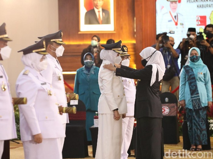Ipuk Fiestiandani dan Sugirah, resmi menjadi Bupati dan Wakil Bupati Banyuwangi