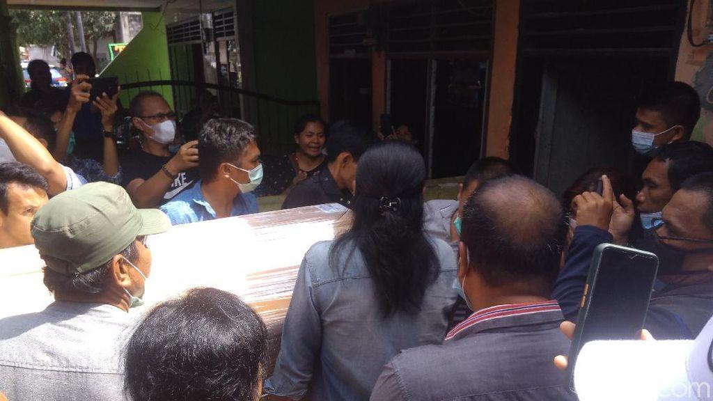 Jenazah Fery Korban Penembakan Bripka CS Tiba di Medan, Keluarga Histeris