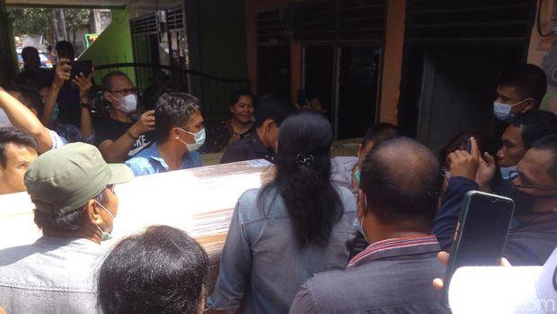 Jenazah Fery Saut Simanjuntak, korban penembakan Bripka CS, tiba di rumah duka di Medan, Sumut (Datuk Haris/detikcom)